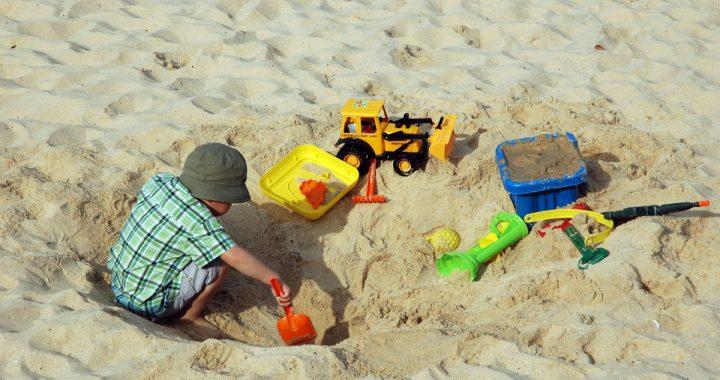Koparka i inne zabawki do piasku